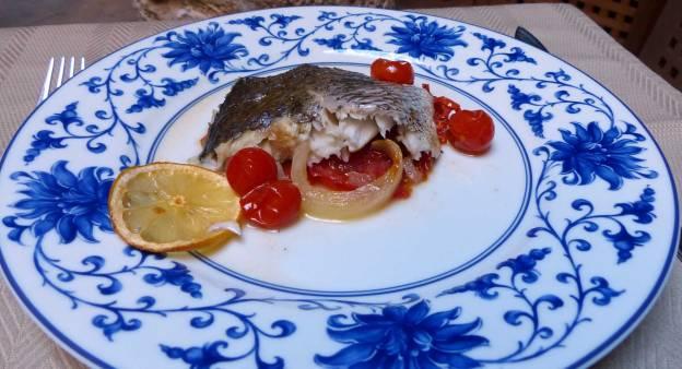 Corvina al horno sobre tomate. CP