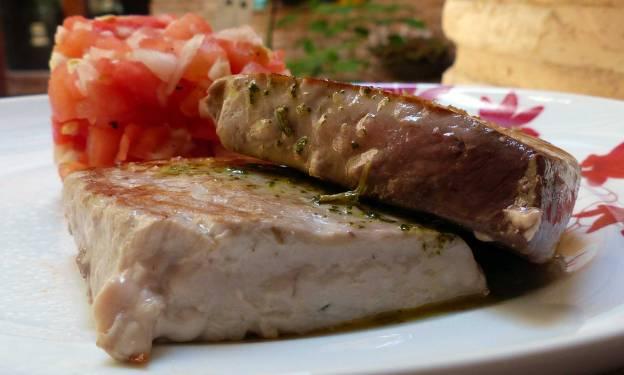 Atún con vinagreta de albahaca y tartar de sandía. CP
